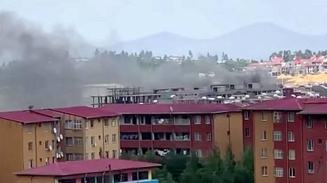 Kuvakaappaus videolta, jossa näkyy savua nousevan pääkaupunki Addis Ababassa protestien seurauksena.