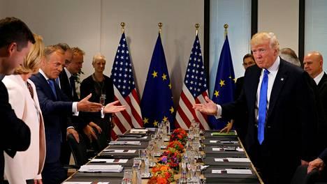 Donald Trump asettautui neuvottelupöytään Eurooppa-neuvoston puheenjohtajan Donald Tuskin johtaman delegaation kanssa.