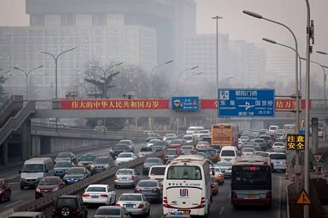Kiina autoistuu vauhdilla. Kuva on Pekingin kakkoskehätieltä vuodelta 2013.