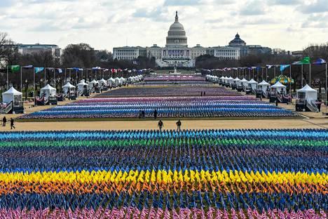 Bidenin virkaanastujaisia varten oli tuotu 200 000 lippua edustamaan niitä ihmisiä, jotka eivät päässeet osallistumaan. Yleensä kutsuvieraita on ollut 200 000, mutta nyt heitä on vain tuhat.