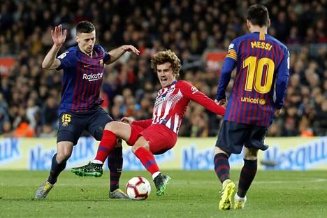 FC Barcelonaan siirtynyt Antoine Griezmann pelasi viime kaudella Atlético Madridin paidassa Barcelonan Clément Lengletiä (vas.) ja Lionel Messiä vastaan.