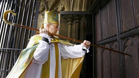 Canterburyn arkkipiispa Justin Welby koputtelee Canterburyn tuomiokirkon ovea paimensauvallaan. Maallisemmat asiat hän myös twiittaa mielellään.