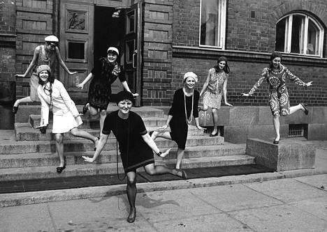 Charleston-ryhmän kenraaliharjoituksissa koulun portailla tyttönorssit Kirsti Rinne (vas.), Maija Packalén, Tiina Laakso, Tertit Paakkanen, Marja-Leena Palvo, Kirsti Wuote ja Anuliisa Numminen.