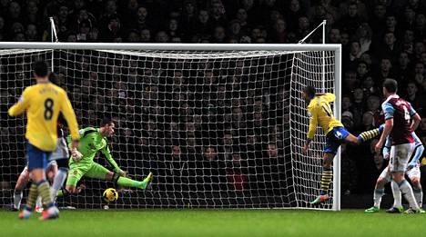 Arsenalin Theo Walcott puski joukkueensa 2-1-johtoon West Hamia vastaan tapaninpäivän valioliigaottelussa.