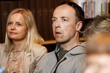 Perussuomalaisten poliittinen suunnittelija Riikka Purra (vas) sanoi, että hänen mielestään ikimuistoisin Pressiklubi-lähetys oli se, kun nykyinen puoluejohtaja Jussi Halla-aho (oik) vieraili ohjelmassa noin kymmenen vuotta sitten.