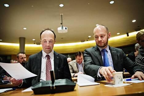 Jussi Halla-aho (vas.) ja Sampo Terho osallistuivat lauantaina perussuomalaisten puoluevaltuuston kokoukseen eduskunnan Pikkuparlamentissa.