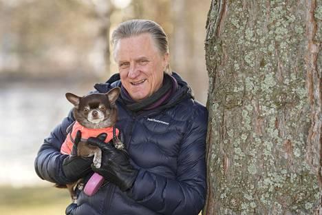 Lapualla asuva laulaja Juhamatti on urheillut ahkerasti nuoresta asti ja kunnosta huolehtiminen kiinnostaa yhä. Päivittäin ulkoilukaverina on Dina-koira.