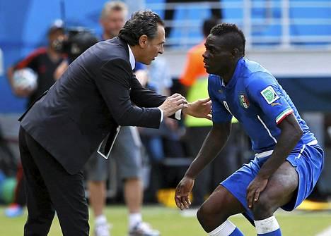 Cesare Prandelli antoi Mario Balotellille ohjeita MM-turnauksessa.