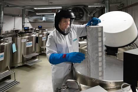 Laboratoriokoordinaattori Tiina Vesterinen poimii näytteitä tutkimustarkoituksiin Suomen molekyylilääketieteen instituutissa Meilahdessa Helsingissä.