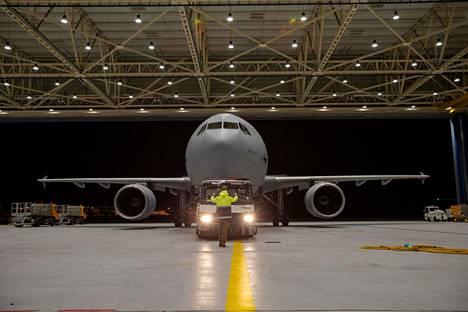 """Saksan ilmavoimien Airbus A-310 """"Medivac"""" -lentokone juuri ennen lähtöä Bergamoon noutamaan italialaisia koronaviruspotilaita hoitoon Saksaan lauantaina."""