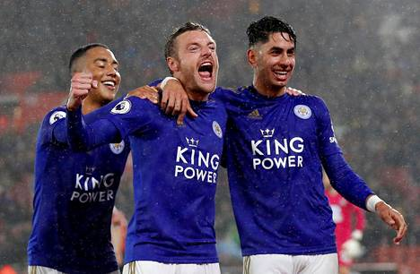 Leicesterin Jamie Vardy (kesk.) teki kolme maalia Southamptonin verkkoon perjantain ottelussa.