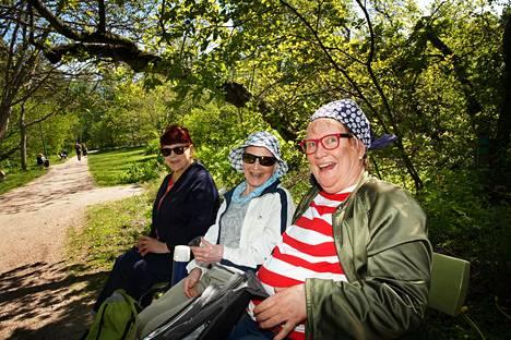 Tuovi Söderlund, Seija Makkonen ja Marja Liimatainen nauttivat säästä ja piknikistä Meilahden arboretumissa.