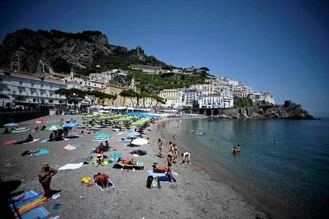 Italian rantakohteissa käy parhaillaan enimmäkseen italialaisia turisteja. Turisteja Amalfissa Etelä-Italiassa heinäkuun alussa.