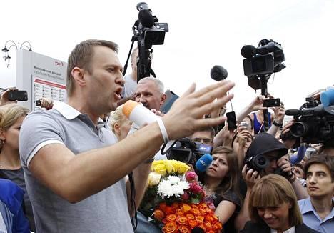 Aleksei Navalnyi puhui kannattajilleen ja tiedotusvälineille heinäkuussa 2013 Moskovassa.
