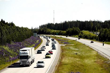 Juhannuksen menoliikennettä Lahdentiellä Järvenpään kohdalla.
