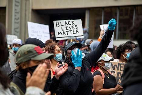Mielenosoittajia Torontossa, Kanadassa 30. toukokuuta.