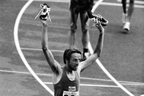Lasse Virén juoksi kultaa miesten 10000 metrillä Montrealin olympialaisissa. Mutta minkä merkkiset tossut hän nosti päänsä yläpuolelle?