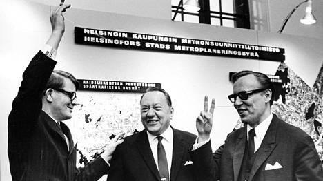 Apulaiskaupunginjohtaja Veikko O. Järvinen (vas), , sekä metrotoimiston johtaja Unto Valtanen (oik) iloitsevat metropäätöstä viikko valtuustokokouksen jälkeen vuonna 1969.