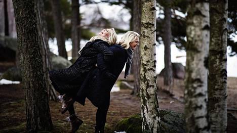 """Jaana Inberg (vas.) ja Leena Helin ovat parhaat ystävät ja läheisiä kuin perheenjäsenet. """"On syytä huolestua, kun toisen nimeä ei löydy puhelimen äskeisten puheluiden ekalta sivulta"""", Helin sanoo."""