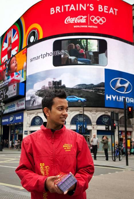 Ashik Rahman jakoi mainoslehtisiä Piccadilly Circuksella. Vuosi sitten hänen kuponkinsa toivat sata asiakasta päivässä, nyt noin 20.