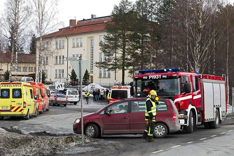 Pelastushenkilökuntaa Oriveden yhteiskoululla ampumavälikohtauksen jälkeen perjantaina 30. maaliskuuta.