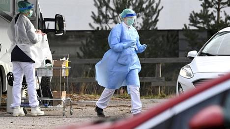 Näytteenottaja Espoossa terveydenhuollon työntekijöille tarkoitetulla testauspisteellä.