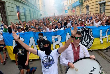 Ukrainalaiset jalkapallokannattajat marssivat yhtenäisyyden puolesta Lvivissä viime heinäkuussa.