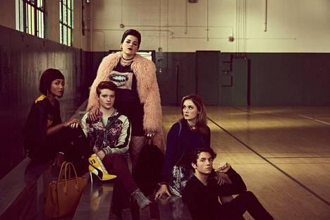 Heather McNamara (Jasmine Mathews, vas.), Heather Duke (Brendan Scannell), Heather Chandler (Melanie Field), Veronica (Grace Victoria Cox) ja J.D. (James Scully) ovat Heathers-sarjan päähenkilöt.