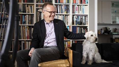Otavan toimitusjohtaja Pasi Vainio Nasu-koiransa kanssa kotonaan Helsingissä.