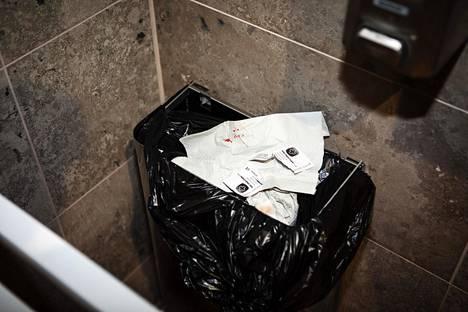 Oodin invavessaan livahtaneiden nuorten jäljiltä roskiksesta löytyy verisiä käsipapereita ja ihon puhdistuslappuja, joita käytetään ennen injektiota.