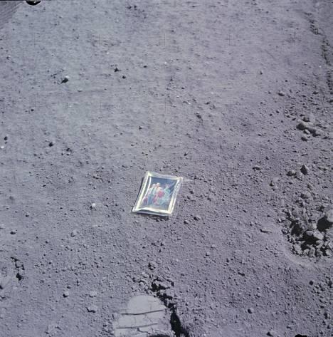 Astronautti Charlie Duke jätti valokuvan perheestään Kuun pinnalle huhtikuussa 1972.