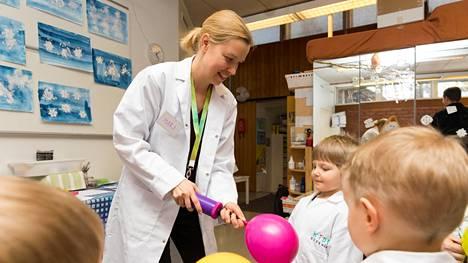 Mari Ahti avusti Eliel Sipilää ilmapallon pumppaamisessa lasten tiedekerhossa sunnuntaina. Ahti pyörittää kerhoa franchising-yrittäjänä.