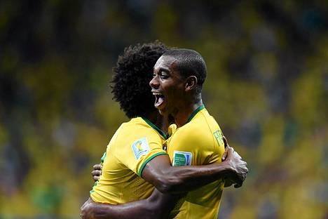 Fernandinho juhli maaliaan Kamerun-ottelussa Willianin kanssa.