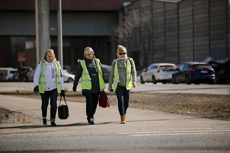 Jaana Mikkolan, Heli Kiilin ja Merja Kotkan työpäivä päättyi apeissa tunnelmissa Stora Enson Veitsiluodon tehtaalla Kemissä.