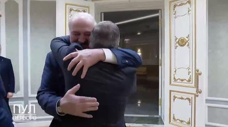 Kuvakaappaus Twitter-videolta näyttää, että IIHF:n puheenjohtajan René Faselin vierailu Minskissä oli Valko-Venäjän johtajalle Aljaksandr Lukašenkalle erittäin mieluisa.