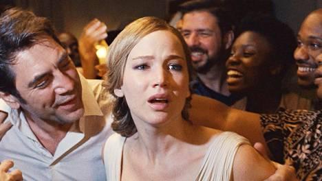 Jennifer Lawrence joutuu painajaisen keskelle Mother!-elokuvassa. Javier Bardem esittää hänen aviomiestään.