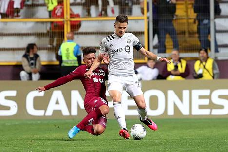 Raitala loukkaantui Montreal Impactin Concacaf-alueen Mestarien liigan ottelussa Deportivo Saprissaa vastaan. Taisteluparina tässä Manfred Ugalde.