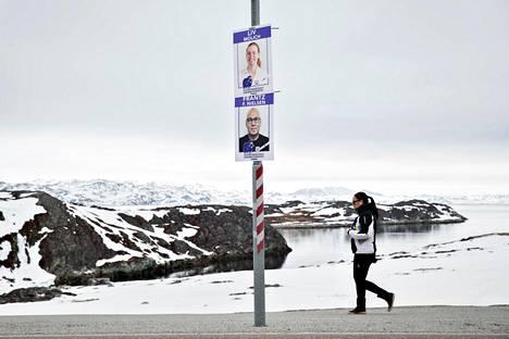 Grönlannin pääkaupungin Nuukin kaduilla näkyi huhtikuussa vaalijulisteita.