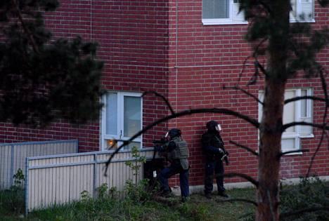 Raskaasti aseistetut poliisit asemissa Espoon Mäkkylässä.