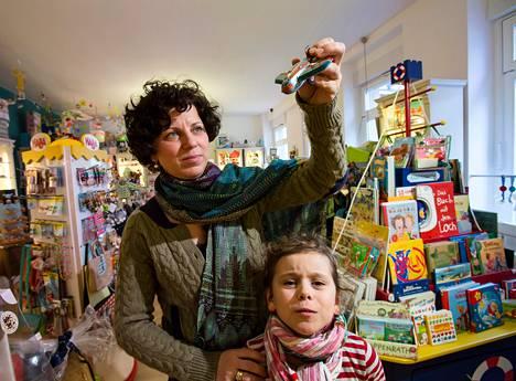 Berliiniläinen Beatrice Posch esittelee lelukauppaansa tyttärensä Margharitan kanssa Itä-Berliinissä. Hänen piti avata myymälä Berliinin uudelle lentokentälle, mutta unelma lässähti kentän rakentamisvirheiden vuoksi. Posch investoi kenttämyymälään tuhansia euroja.