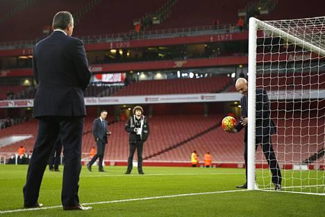 Englannin Valioliigassa käytettävää maaliviivateknologiaa esiteltiin joulukuussa Arsenalin ja Bournemouthin ottelussa.
