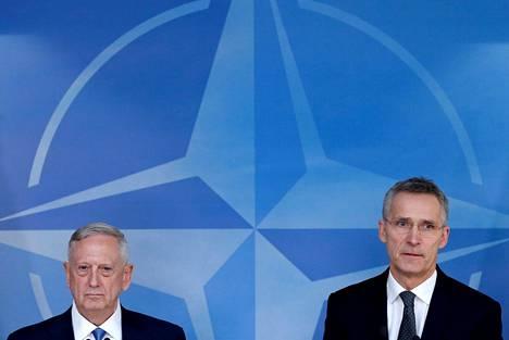 Yhdysvaltain puolustusministeri James Mattis (vas.) ja Naton pääsihteeri Jens Stoltenberg pitivät yhteisen lehdistötilaisuuden Naton puolustusministerien kokouksessa Brysselissä.
