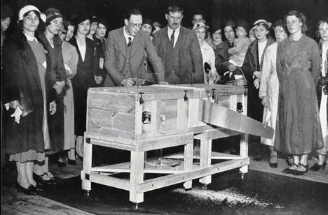 P. T. Selbit esittämässä kuuluisaa sahaustemppuaan tiettävästi vuonna 1937.