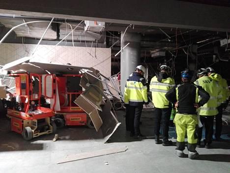 Kuvassa näkyy osa alakatosta, joka romahti lattialle tiistaina kello 16:n aikaan Stockmannin tavaratalon tulevissa tiloissa Tapiolassa. Kuva on lukijan ottama.