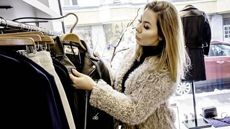 Bloggaaja Alexa Aavarinne käyttää vaatteisiin rahaa huomattavasti enemmän kuin keskivertosuomalainen. Hän shoppailee mieluiten Helsingin keskustan kivijalkaputiikeissa. Suomalaismerkeistä hän suosii esimerkiksi muotisuunnittelija Irene Kostasin Onaria, joka myy lampaannahasta tehtyjä asusteita ja takkeja.