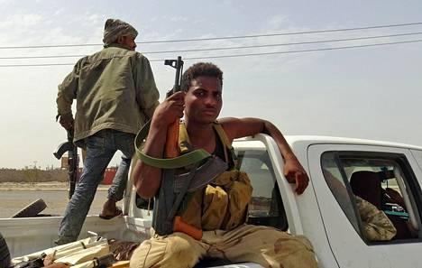 Jemenin hallitusta tukevia taistelijoita Hodeidassa lauantaina.