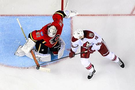 Calgaryn maalivahti Karri Rämö torjuu Phoenixin David Mossin maalintekoyrityksen keskiviikkoillan NHL-pelissä.