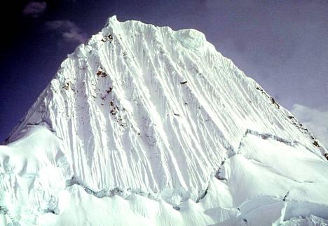 5 800 metriin ulottuva Alpamayo-vuoren huippu Huarazissa on osa Andeja.