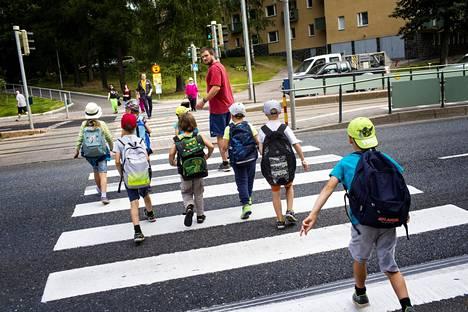 Koulunkäyntiavustaja Iiro Luoto vei Meilahden ala-asteen ensimmäisen ja toisen luokan oppilaita koululta iltapäiväkerhoon syksyllä 2015.