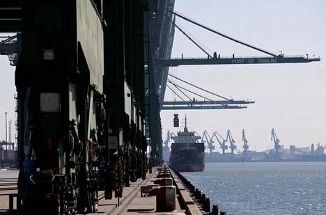 Lastia purettiin rahtilaivasta Tianjinin satamassa Kiinassa viime vuoden helmikuussa. Kiinan vienti ja tuonti ovat Kiinan julkistamien lukujen mukaan kasvaneet, mutta tuonti on kasvanut enemmän, jolloin niiden erotus eli kauppataseen ylijäämä on pienentynyt